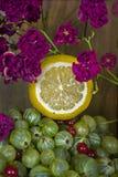 在莓果的柠檬 免版税库存照片