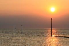 在莫克姆湾的日落在海的Knott末端 免版税库存图片