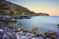 在莫奈姆瓦夏附近的岩石海岸 免版税库存照片