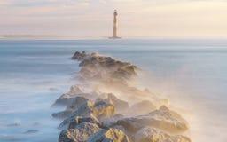 在莫妮斯海岛灯塔上的不可思议的早晨 免版税库存图片