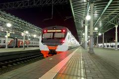 在莫斯科乘客平台的火车在晚上(Belorussky火车站)是九个主要火车站之一在莫斯科 免版税库存图片