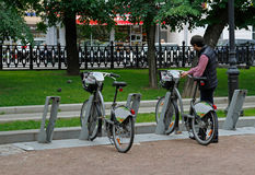 在莫斯科供以人员乘租的一辆自行车 免版税库存图片