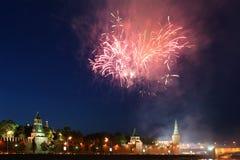 在莫斯科克里姆林宫的烟花。 俄国 免版税库存图片