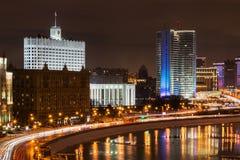 在莫斯科冬天街道上的夜照明设备  库存图片
