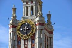 在莫斯科国立大学塔的时钟  莫斯科俄国 免版税库存图片