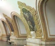 在莫斯科地铁的有圆顶coffered天花板 免版税库存照片