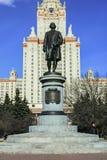 在莫斯科大学前面主楼的米哈伊尔・瓦西里耶维奇・罗蒙诺索夫纪念碑  莫斯科 免版税库存图片