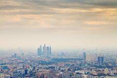 在莫斯科市之下的黄色烟雾秋天日落 免版税库存图片