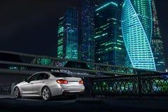 在莫斯科市区附近的现代汽车立场在晚上 免版税库存照片