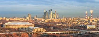 在莫斯科市的金黄早晨光有卢日尼基体育场的 图库摄影