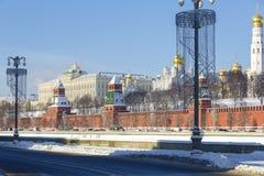在莫斯科河堤防的克里姆林宫墙壁的高速公路,看法,塔和教会克里姆林宫的疆土的wi的 库存照片