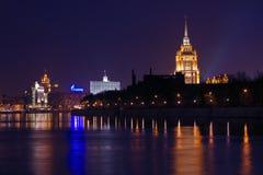 在莫斯科河的堤防的夜间。 免版税库存照片