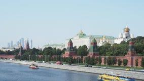 在莫斯科河的小船在克里姆林宫堤防附近在莫斯科 影视素材