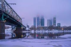 在莫斯科河的有雾的冬天早晨在莫斯科市附近 免版税库存照片