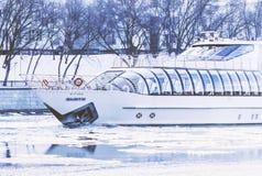 在莫斯科河的游船在冬天 免版税库存图片