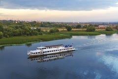 在莫斯科河的游船日落的 库存图片