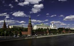 在莫斯科河的背景的克里姆林宫塔 库存照片