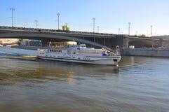 在莫斯科河的船 库存图片