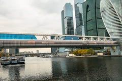在莫斯科河的Bagration桥梁莫斯科国际商业中心MIBC背景的  俄国 免版税图库摄影
