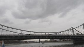 在莫斯科河的Krymsky桥梁 俄国三色在船上开发 沿莫斯科河的步行有下段落的 股票视频