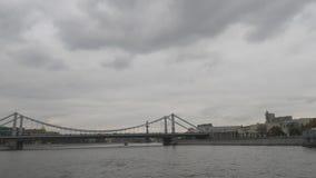 在莫斯科河的Krymsky桥梁 沿莫斯科河的步行有段落的在桥梁下 股票视频