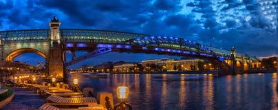 在莫斯科河的Pushkinsky Andreevsky桥梁 库存图片