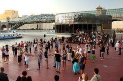 在莫斯科河码头的活跃学习的晚上跳舞  库存照片