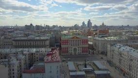 在莫斯科的飞行,与政府大厦的都市风景在特韦尔大街 ?? 股票录像