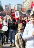 在莫斯科街道上的不朽的军团 数千前进记住世界大战2亲戚 人人群背景的一个老人 免版税库存照片