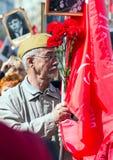 在莫斯科街道上的不朽的军团 数千前进记住世界大战2亲戚 人人群背景的一个老人 免版税库存图片