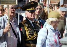 在莫斯科街道上的不朽的军团 数千前进记住世界大战2亲戚 人人群背景的一个老人 库存照片
