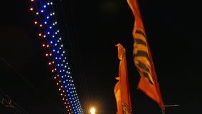 在莫斯科街道上的旗子  胜利天庆祝 被停泊的晚上端口船视图 影视素材