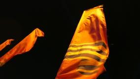 在莫斯科街道上的旗子  胜利天庆祝 被停泊的晚上端口船视图 股票视频