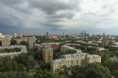 在莫斯科都市风景上看法在日落的 城市日克里姆林宫室外的莫斯科 摩天大楼 夜间 库存图片