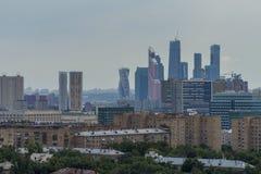 在莫斯科都市风景上看法在日落的 城市日克里姆林宫室外的莫斯科 摩天大楼 夜间 免版税库存照片