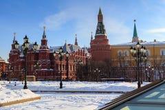 在莫斯科陈述历史博物馆在一个晴朗的冬天早晨 从Manege广场的看法 免版税图库摄影