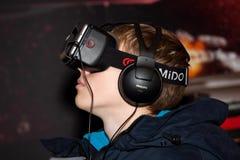 在莫斯科,俄罗斯供以人员使用与Homido在机器人学商展的虚拟现实耳机 免版税库存图片