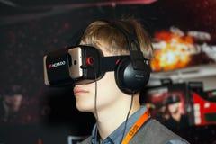 在莫斯科,俄罗斯供以人员使用与Homido在机器人学商展的虚拟现实耳机 免版税图库摄影