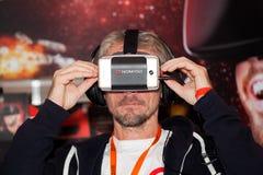 在莫斯科,俄罗斯供以人员使用与Homido在机器人学商展的虚拟现实耳机 免版税库存照片