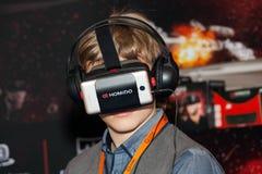 在莫斯科,俄罗斯供以人员使用与Homido在机器人学商展的虚拟现实耳机 库存图片