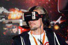 在莫斯科,俄罗斯供以人员使用与Homido在机器人学商展的虚拟现实耳机 库存照片