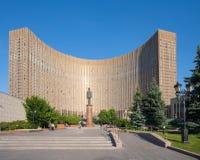 在莫斯科间隔旅馆大厦和戴高乐将军纪念碑 库存照片