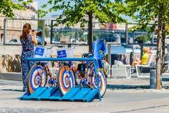 在莫斯科Museon公园租赁一项自行车服务 免版税库存照片