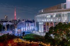 在莫里庭院的夜视图在与东京塔的冬天照明时作为背景,东京,日本 免版税库存照片