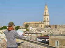 在莱切屋顶视图前面的旅客 普利亚,南意大利 免版税库存图片