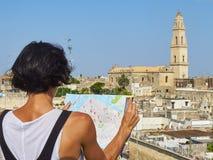 在莱切屋顶视图前面的游人 普利亚,南意大利 免版税库存照片