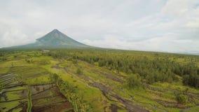 在莱加斯皮市附近的马荣火山在菲律宾 在米领域的鸟瞰图 马荣火山是一座活火山和 股票录像