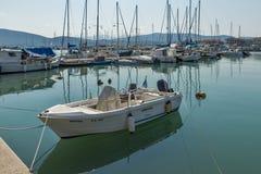在莱夫卡斯州镇,爱奥尼亚人海岛,希腊乘快艇港口 免版税库存图片