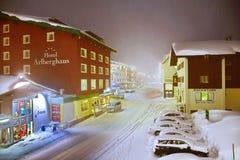 在莱希河Zurs滑雪胜地的夜 库存图片