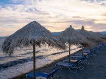 在莱斯博斯岛的沙滩伞 免版税库存图片
